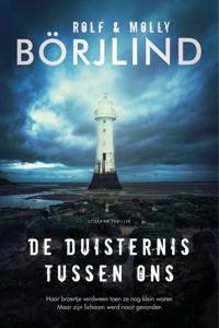 De duisternis tussen ons Door Molly Börjlind & Rolf Börjlind Boekomslag